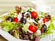 Салата с марули, чери домати и маслини